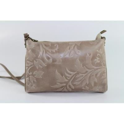 Μικρή δερμάτινη τσάντα σε μπεζ χρώμα με ανάγλυφο λουλουδένιο πριντ. 32aca04a8de